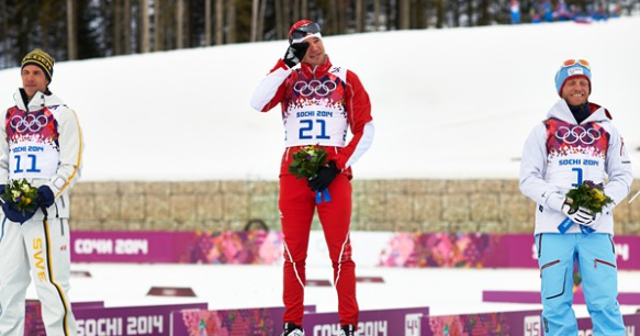 Emotion du Suisse Dario Cologna sur le podium.