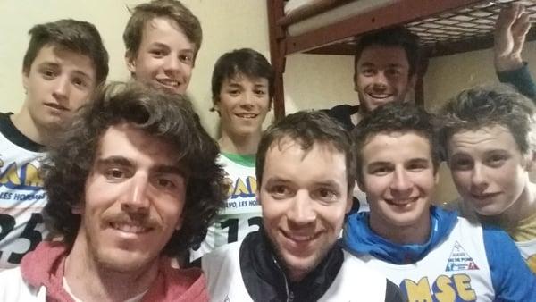 Ivan Perrillat et Valentin Gaillard en compagnie de leurs co-équipiers  pour les deux équipes masculines du SC Grand-Bornand.
